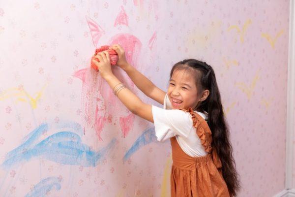 Dễ dàng vệ sinh và chống xước là ưu điểm của tấm nhựa 600x400 - Giá tấm nhựa ốp tường vân gỗ