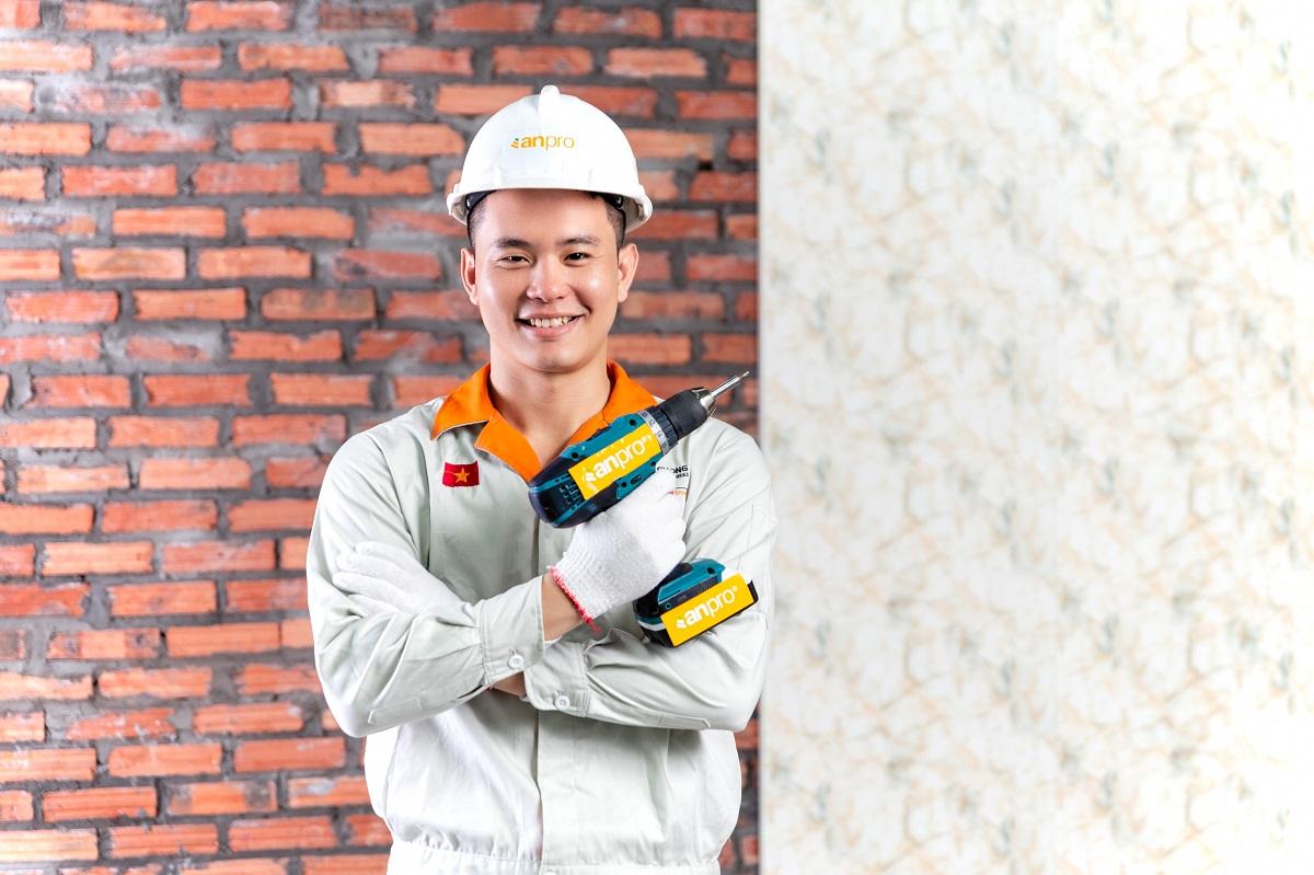 Công nhân lắp đặt tấm nhựa ốp tường