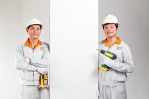 Công nhân và vật dụng lắp đặt tấm ốp tường nhựa