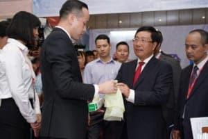 pho thu tuong pham binh minh tham gian hang cua tap doan an phat holdings 4566 1 300x200 - Phó Thủ tướng Phạm Bình Minh thăm gian hàng của Tập đoàn An Phát Holdings